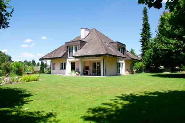 Freistehendes Einfamilienhaus mit grossem, schönem pflegeleichtem Garten und Baulandreserve