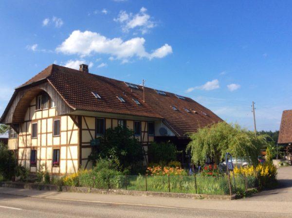 Mehrfamilienhaus mit Landwirtschaftsland in ländlicher Umgebung